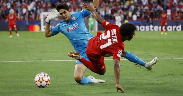 Xem trận cầu khó tin Sevilla - Salzburg: 4 quả phạt đền, ăn vạ thô thiển, bỏ lỡ khó tin