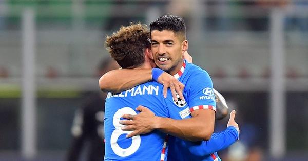 Suarez và Griezmann giúp Atletico Madrid thắng ngược Milan trong 10 phút