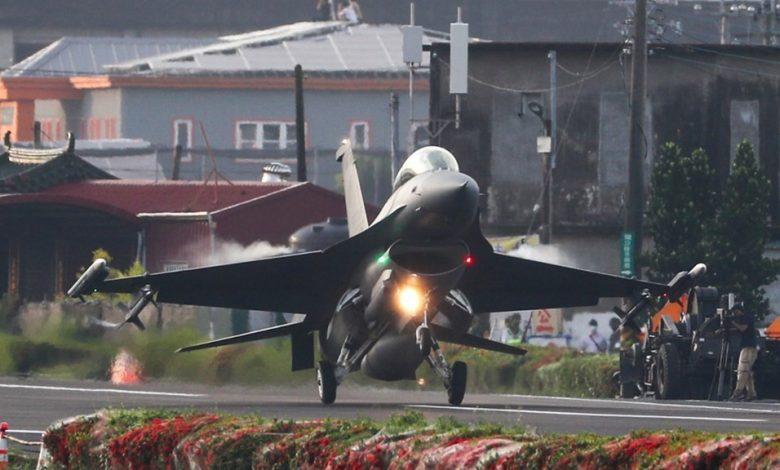 Xem chiến đấu cơ Đài Loan đáp xuống đường cao tốc trong cuộc tập trận giữ đảo   Thế giới