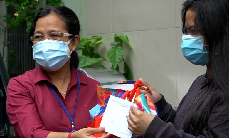 Người nước ngoài gặp khó khăn ở TP.HCM xúc động nhận túi an sinh | Phóng sự