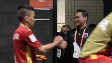 HLV tuyển futsal Thái Lan đứng chờ chúc mừng futsal Việt Nam